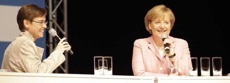 Margaret Heckel im Gespräch mit der Kanzlerin Angela Merkel